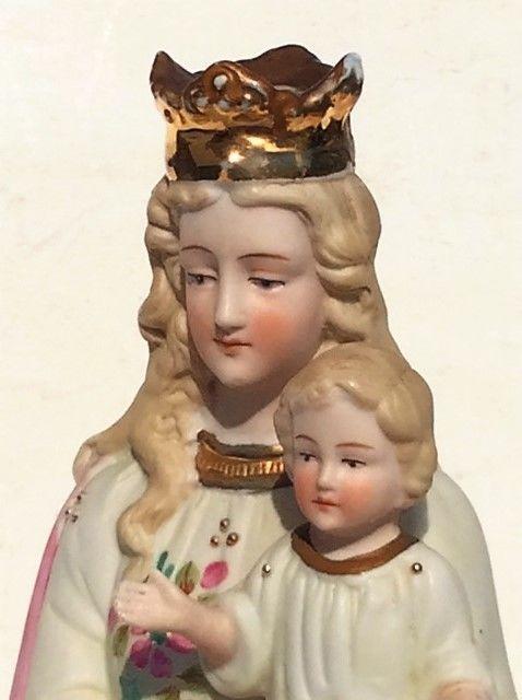 Biscuit Maria met kindje Jezus – Duits- 1e helft 20e eeuw Verkeert in perfecte staat- Gemerkt: Germany Maria is gekroond en draagt het kindje Jezus. Het beeld is van biscuit en helemaal gaaf. Heel fraai van gezichtsuitdrukking een lieflijk van expressie. Het kindje Jezus heeft een zegende houding. De kleding is versierd met een mooi decor van bloemen. Maat:  34 x 11 x 8 cm  Gewicht 770 gram Intern kavelnummer: 5S67