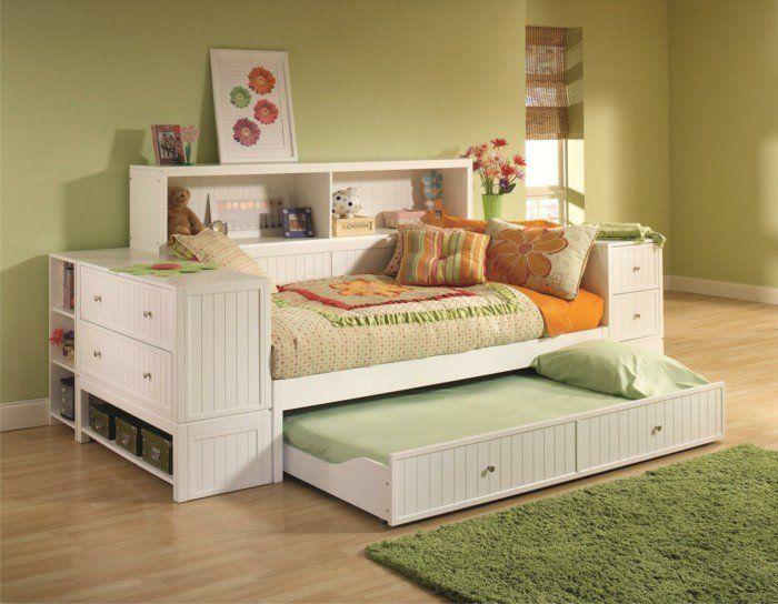chambre adulte en gris clair, lit tiroir pas cher en bois et tapis vert pour la chambre d'enfant