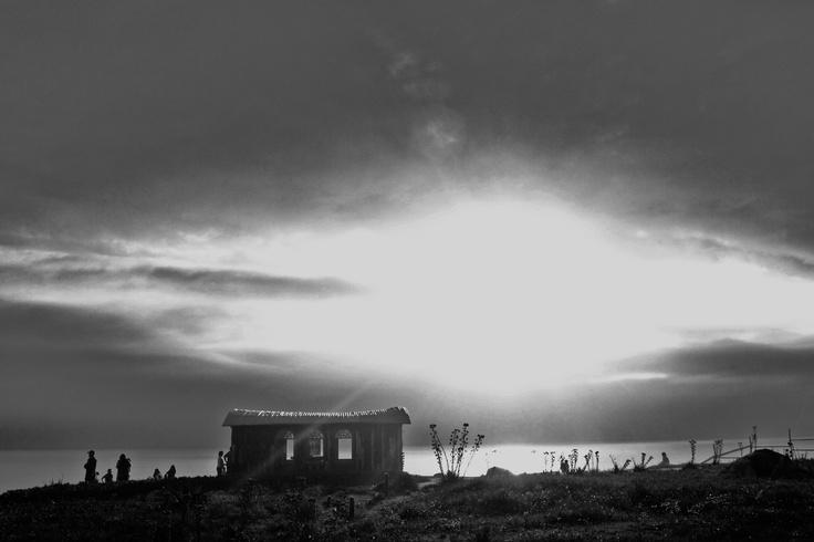 """""""... mi casa es la ultima de Cantalao, y esta frente al mar estrepitoso, encajonado contra los cerros"""""""