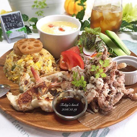 . 今日の#お昼ごはん は #中華 の#ワンプレート 🍽💕 . *納豆#チャーハン *イカゲソの唐揚げ *海老餃子 *とまたま中華スープ *サラダ . これもハワイで安く購入できた ウッドプレート🐵❤️ . #lunch #ランチ #おうちごはん #クッキングラム #デリスタグラマー #おうちカフェ #料理 #料理写真 #手料理#delicious #LIN_stagrammer #instafood #yummy #kitakyushu #fukuoka #cookingram #cooking #foodphoto #foodpic  #eat #wp_delicious_jp