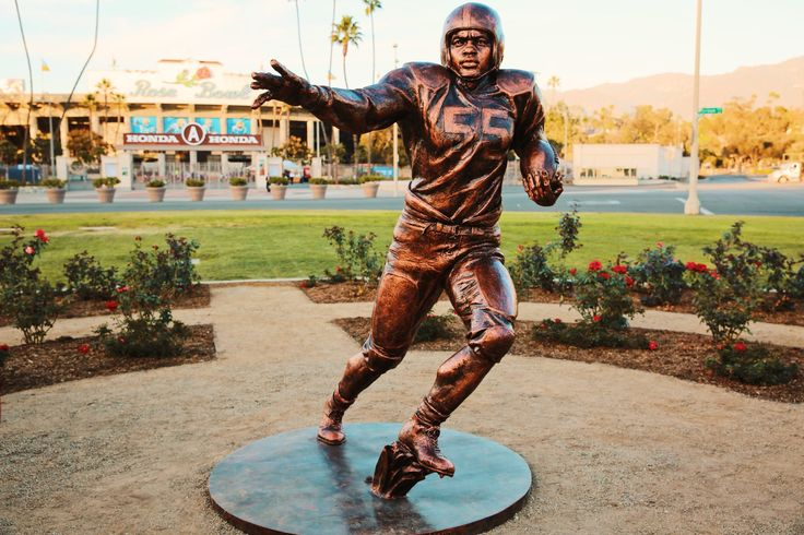 "Rose Bowl unveils statue of Jackie Robinson playing football    -  ""Today we honored the great Jackie Robinson, with the first commemorative statue at the #RoseBowl, and the only in the world of him in a football uniform! 🏈To top it all off, Vin Scully, celebrated his birthday today as the MC!🌹 #JackieRobinson #HappyBirthday #Vin"""