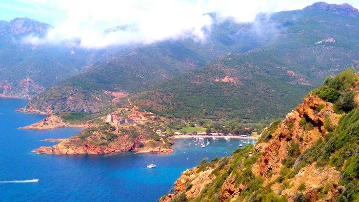 Découvrez les 4 premières étapes du Tra Mare E Monti en Corse. 4 jours de marche avec vues à couper le souffle, arrêt en gîte d'étape, pause rivière et l'apothéose à Girolata.