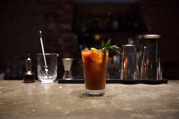 Bloody Mary Collection, 350 р. за каждый; («Мария» (на фотографии) — водка, томатный сок, соленья; «Мали» — водка, томатный сок, свежий грейпфрутовый сок, имбирь, сок лайма; «Марита» — водка, томатный сок, свежие травы и овощи)