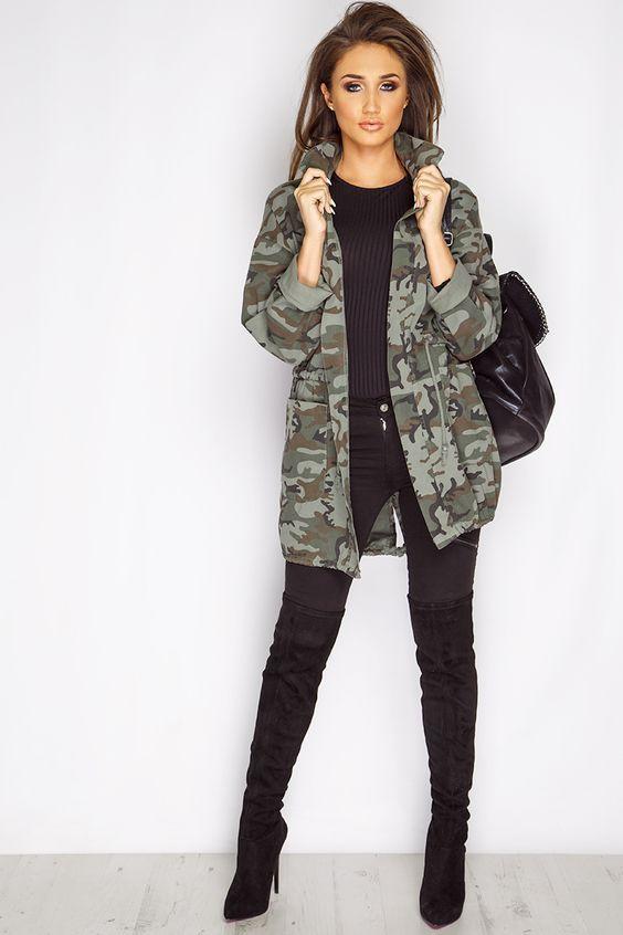 7 maneiras estilosas de usar estampa camuflada. Parka verde militar , blusa preta, calça skinny preta, bota over the knee preta