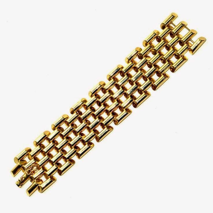 Het is misschien niet haar handelsmerk zoals de immer roodgelakte nagels, maar de ze gouden arm band van Tiffany's keert  continue terug ...