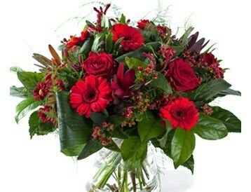 Valentijnboeket Robijn  Dieprood boeket met rozen, gerbera, chrysant, hypericum en divers groenmateriaal. Verkrijgbaar bij www.bloemenweelde-amsterdam.nl