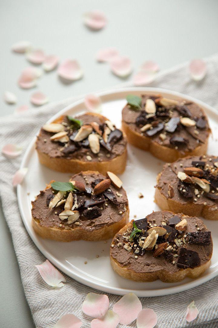 チョコレート・フムス        ひよこ豆でつくるチョコレート味のパテ なお(直宏)    材料 (6人分)   茹でたひよこ豆 260g(2カップ)   ココアパウダー 大さじ4   白ごまペースト 大さじ2   はちみつ 大さじ2   太白ごま油 大さじ2     しょうが ひとかけ    作り方   1 材料全てをフードプロセッサーに入れ、しっかり撹拌する。    2 お好みでひよこ豆の茹で汁を加えてさらに粉砕し、柔らかさを調節する。    コツ・ポイント   はちみつの量で甘さを調節してみてくださいね。ココアパウダーの代わりに、同量のローカカオパウダー、キャロブパウダー、ダークチョコレートなどでも。   レシピの生い立ち    モデルの kouka さまがチョコレート味のフムスについて語っていたので、試しにつくってみました。生姜とはちみつを効かせて。スプレッド代わりにパンに塗ったあと、砕いたアーモンドとローチョコレート、炒ったキヌア、フレッシュミントをのせました。 レシピID:3966580