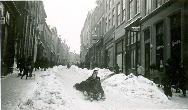 """Deze foto's zijn gemaakt door Thijs Boumans (1915-2007), mijn vader. Ze dateren van zondag 1 februari 1942. Dat bij deze twee foto's als locatie """"Grote straat"""" staat vermeld, is enkel mijn vermoeden.-Grotestraat1febr1942.jpg"""