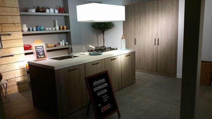 Deze VT wonen keuken van 2013 is van het merk Leicht. Een heel luxueus uitgevoerde eiland keuken.  http://www.grando.nl/vestigingen/grando-hoorn