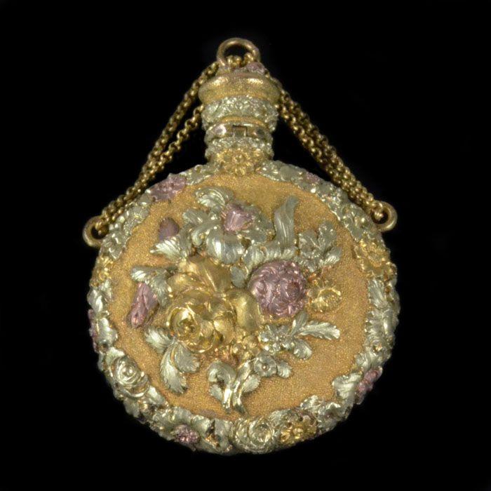 Georgian.London c.1820.Tri cloured gold pendant scent bottle