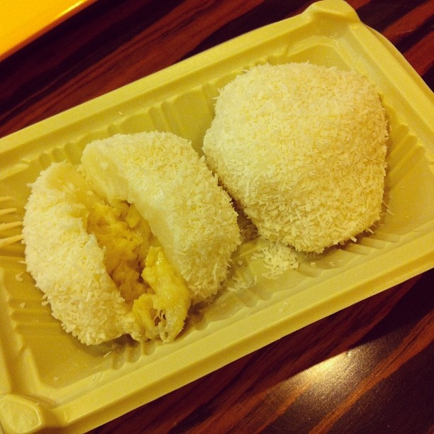 Glutinous dumplings with durian filling