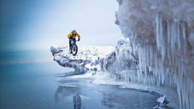 Катание по краю льдины возле города Дулут, штат Миннесота, США.