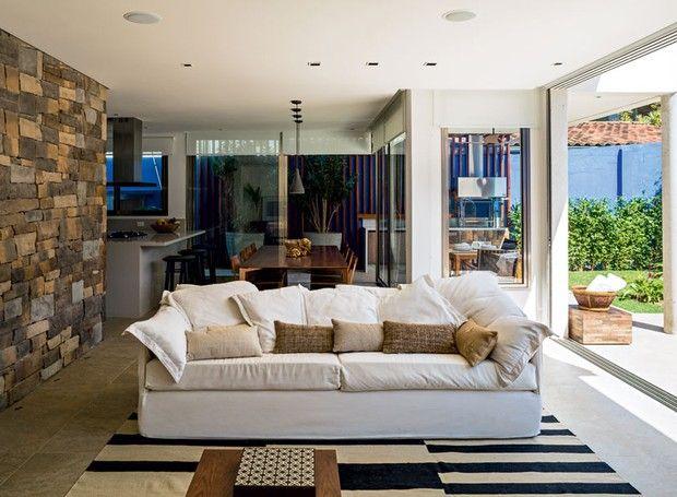 Rea de lazer com churrasqueira piscina e jardim em casa - Modelos de sofas ...