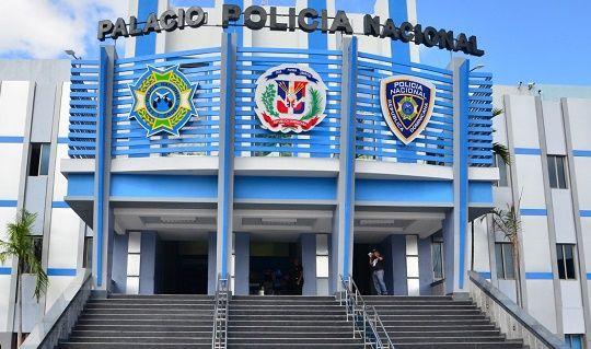 Santo Domingo.- La Policía Nacional informó hoy de que investiga las circunstancias en las que un menor de 13 años murió tras ser herido de bala en la cabeza ayer en el barrio 24 de Abril en el Distrito Nacional. Se trata de Antonio Tolentino Félix, de 13 años, quien falleció mientras recibía a...