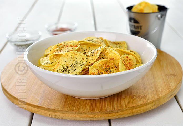 Reteta de chipsuri de casa este una dintre cele mai iubite si mai cerute printre cei care ma urmaresc. Cu toti iubim chipsurile din cartofi, fie ca o recunoastem, fie ca nu.