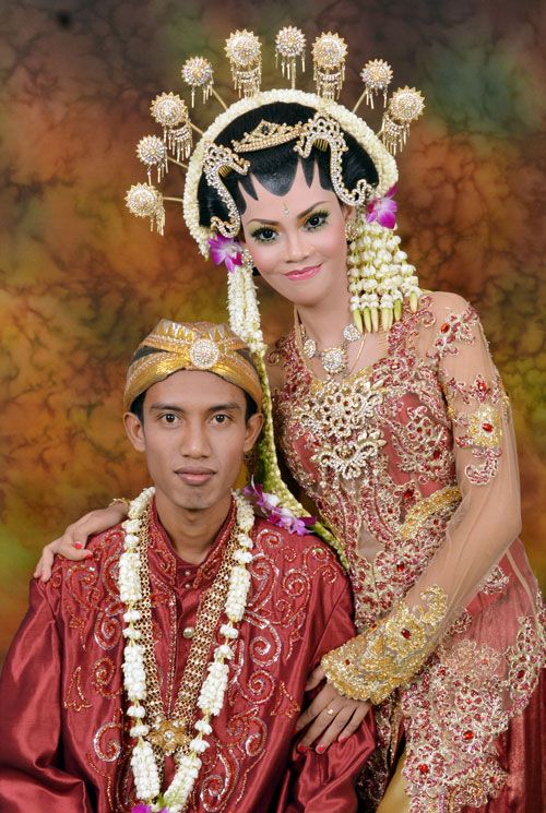 javanese wedding, red kebaya and jarik, sanggul, make up.