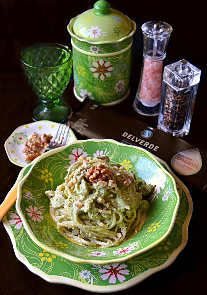 Oggi niente dolci ma un gustosissimo primo piatto di spaghetti   con pesto di zucchine alle noci con pecorino e robiola.   Il pesto ...