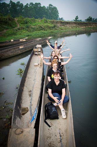 Passeio de canoa em Chitwan, Nepal.  Fotografia:  Ann McLeod Images, via Flickr.