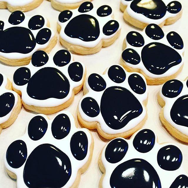 So many dog paws ❤️ [CookieCutterKingdom Dog Paw Cookie Cutter] @loveana.sweets #cookiecutterkingdom
