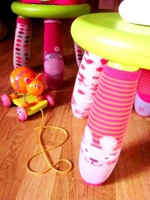 Déco Récup Chaussettes pour Tabouret:  Une idée déco géniale, empreinte d'humour et de fantaisie!!! Des chaussettes viennent animer la chambre de nos p'tits bouts avec leurs motifs rigolos et leurs couleurs gaies…