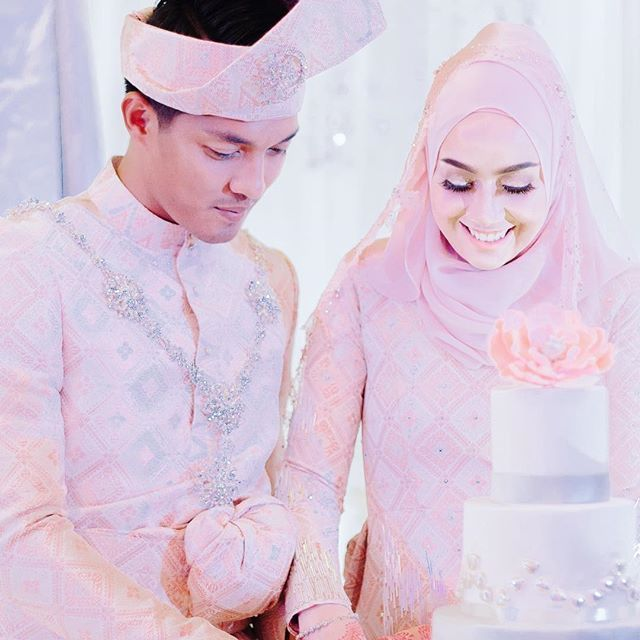 """Kita campak balik gmbar ni . Sebab on maintenance ig . . Izham & Mia Ahmad .  Job by Cst production . Doing your booking now  Contact us for reservation: www.wasap.my/+60175381061 .  #photographermelayu #photowedding #weddingphotography #artwork #pictureday #weddingmalaysia #taiping #taipingperak #taipingbandarwarisan #ipoh #ipohperak #perak #malaysia #penangwedding #penang #kualakangsar"" by @skillcreativepicture."