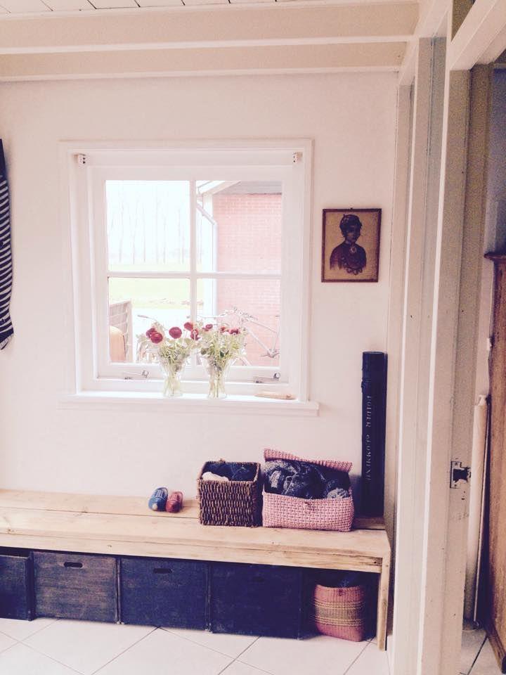 Hal, entree, voordeur: in de #Ikea kisten schoenen en regenpakken. Zelfgemaakte  bank van steigerhout