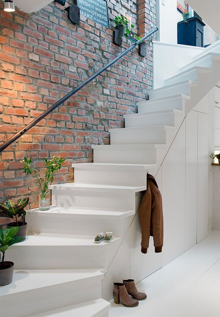Перила: при достаточной ширине ступеней и небольшой высоте лестницы можно обойтись и без них, это сделает всю конструкцию визуально легче. Еще один из вариантов - перило-поручень только со стороны стены