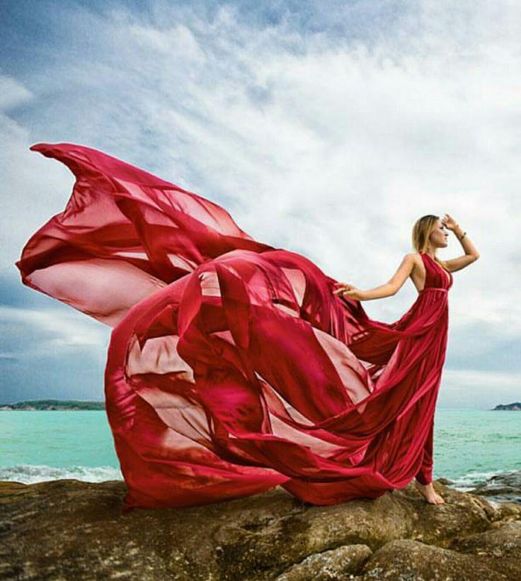 содержит две красные платья у моря фото кажется мне