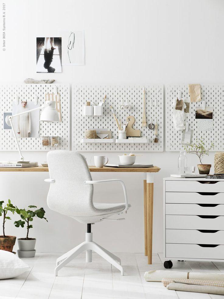 Funktionella och stiliga SKÅDIS väggförvaring av formgivaren Eva Lilja Löwenhielm. SKÅDIS förvaringstavla, SKÅDIS klämma, SKÅDIS behållare, SKÅDIS behållare med lock, SKÅDIS hyllplan, LÅNGFJÄLL vit arbetsstol, Gunnared beige, HILVER bord i hållbar bambu, ALEX lådhurts på hjul, HEKTAR arbetslampa med trådlös laddning.