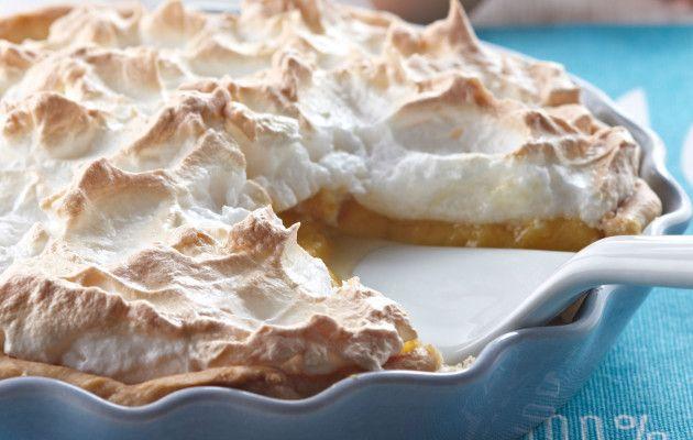 Raparperi-marenkitorttu maistuu kirpeän makealta ja sulaa suussa. Mittaa jauhot ja suola kulhoon ja lisää voi kuutioina. Nypi murumaiseksi seokseksi. Lisää sokeri ja sekoita haarukalla jauhoihin. Sekoita keltuainen ja vesi keskenään ja lisää vähitellen taikinaan. Sekoita vaivaamatta, kunnes saat taikinasta pallon. Kääri se kelmuun ja säilytä vähintään tunti kylmässä. Valmista sillä välin täyte. Mittaa raparperinpalat, sokeri …