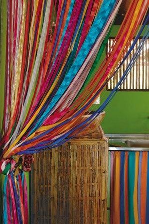 Cortinas de fitas artesanal no site www.asuamaneira.com.br.