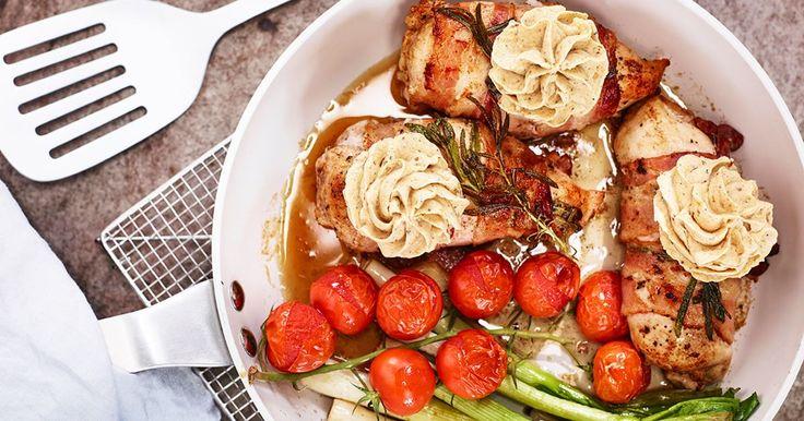 Kycklingfilé lindad i bacon med smak av rosmarin och aromatiskt kryddsmör. Den här festliga rätten passar bra både som vardagsmat och till kalas.