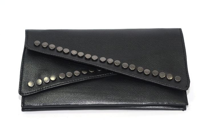 Clutch negro con tachuelas. Polipiel. Interior forrado.    Medidas 14 cm x 26 cm  Ref.: AG7103N  http://www.meigallo.com