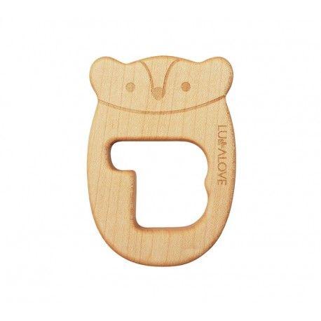 Drewniany gryzak Mr B - Lullalove Ekologiczny gryzak Mr B wykonany z litego drewna klonowego. W 100% naturalny. Drewno, z którego wykonano gryzak jest odpowiednio suszone i szlifowane. Nie nasiąka śliną i nie pęcznieje podczas gryzienia. Od 3 m+ Wyprodukowano w Polsce