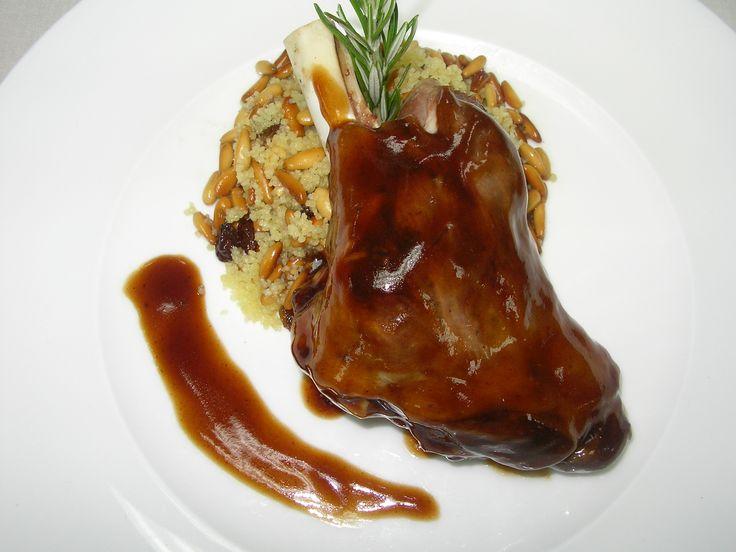 Jarrete de Cordero laqueado con jugo de Oporto y Romero acompañado de Cous-cous especiado con Frutos secos - Tvcocina . Recetas de Cocina Gourmet Restaurantes Vinos Vídeos