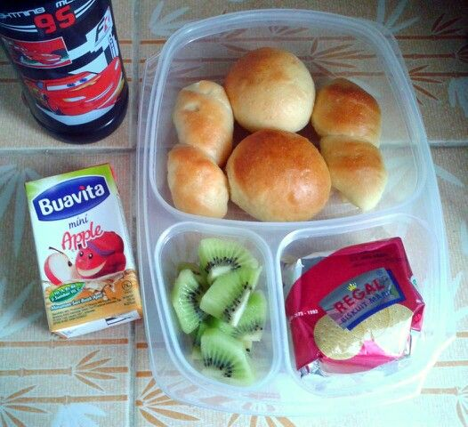 Attar's lunch box (07SEP15) : Buntha's cheesy bread and Nutella buns, Regal biscuits, kiwi fruit, apple juice and mineral water.  Have a happy Monday! Xxx