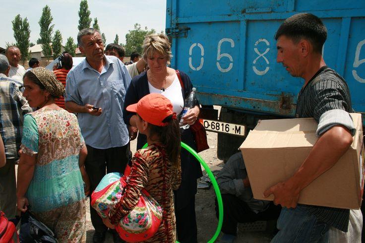 Tineke Ceelen is aanwezig bij de distributie van hulpgoederen.