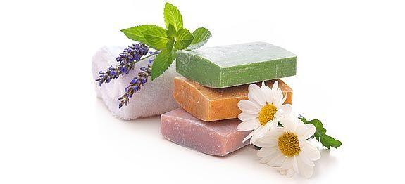 Recettes naturelles de savon à faire soi-même... Savon à la lavande, à l'huile d'amande douce, à la menthe poivrée ou encore à la fleur d'oranger…