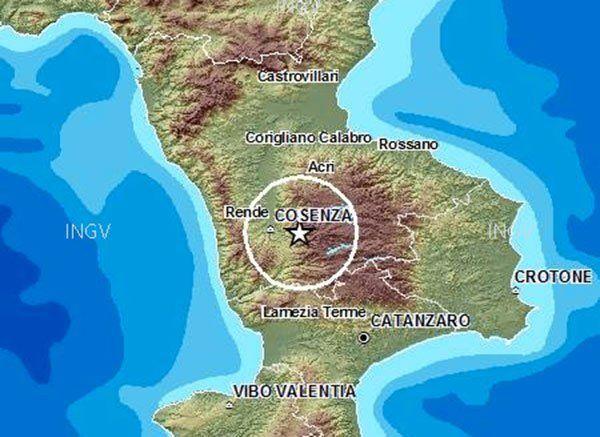 Lamezia Terme – Una scossa di terremoto di tipo ondulatorio, durata almeno 30 secondi, è stata avvertita in serata intorno alle 22:44 in Calabria. Entrambe le scosse si sono registrate sull'altopiano della Sila. La prima di 4.4 gradi alle 22:43 mentre la seconda si è verificata tre minuti dopo, alle 22:46, ed è stata di 3.3. La profondità per la prima era di solo 11,1 km mentre la seconda di 10,5 km di profondità.