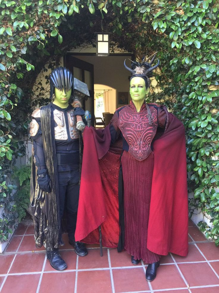 SO COOL see Jamie Lee Curtis attending the #Warcraft movie premiere with her son in cosplay!