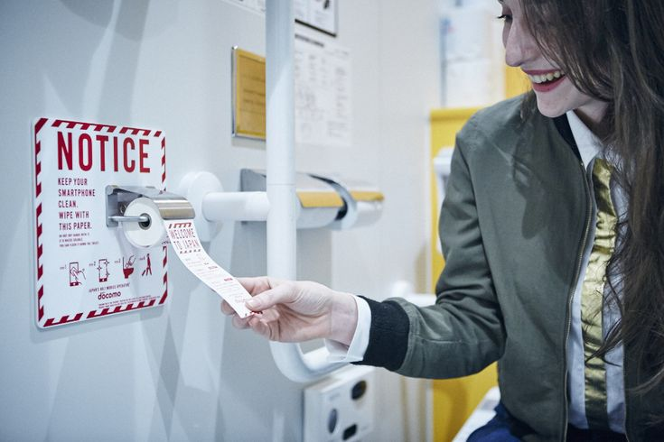 NTTドコモは、2017年3月15日までの期間限定で、成田空港のトイレにスマホの画面をきれいにする「スマホ専用トイレットペーパー」を設置しました。ペーパーが設置されているのは、到着ロビー付近にあるトイレ7箇所で、個室内やジェットタオルの横など、計86個を設置。スマホ専用トイレットペーパーの設置は「世界初の試み」としてい...