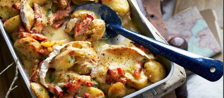 tartiflette - aardappelschotel met spekjes, ui, knoflook, tijm, crème fraîche en reblochon of camembert
