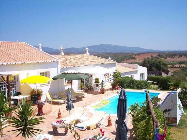 Quinta Canelas - Jaca  Beschrijving huis  Quinta Canelas is een prachtig gerestaureerd oud Portugees boerenhuis. Na de geslaagde restauratie zijn er 3 grote vakantiewoningen ontstaan: Gira Jaca en Papou. In de vierde woont de Nederlandse eigenaar. Elk vakantiehuis heeft een eigen voor- en achterterras. Bij het prachtige zwembad kunt u heerlijk relaxen op de ligbedden. Quinta is een heerlijke vakantieplek met een mooi aangelegde tuin met subtropische planten verschillende terrassen en weids…