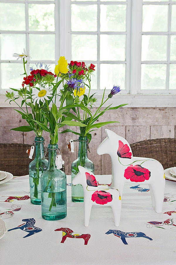 Fresh flowers are the primary accessory for