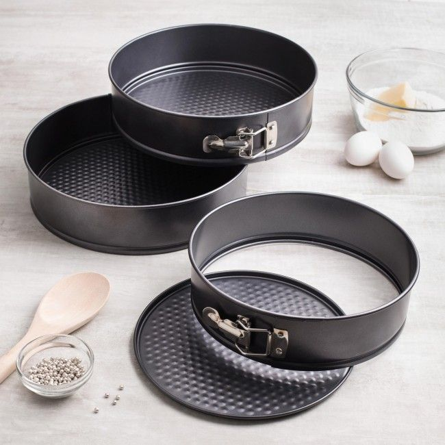 This set is perfect for all of your baking needs! 3 pans with side locks for easy release of baked foods.