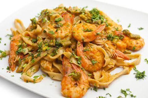 Op zoek naar een lekker en snel pasta recept met eens iets anders dan de klassiekers: geen room, geen tomaten? Lees hier verder voor een makkelijk tagliatelli met scampi recept: klaar in 20 minuten.