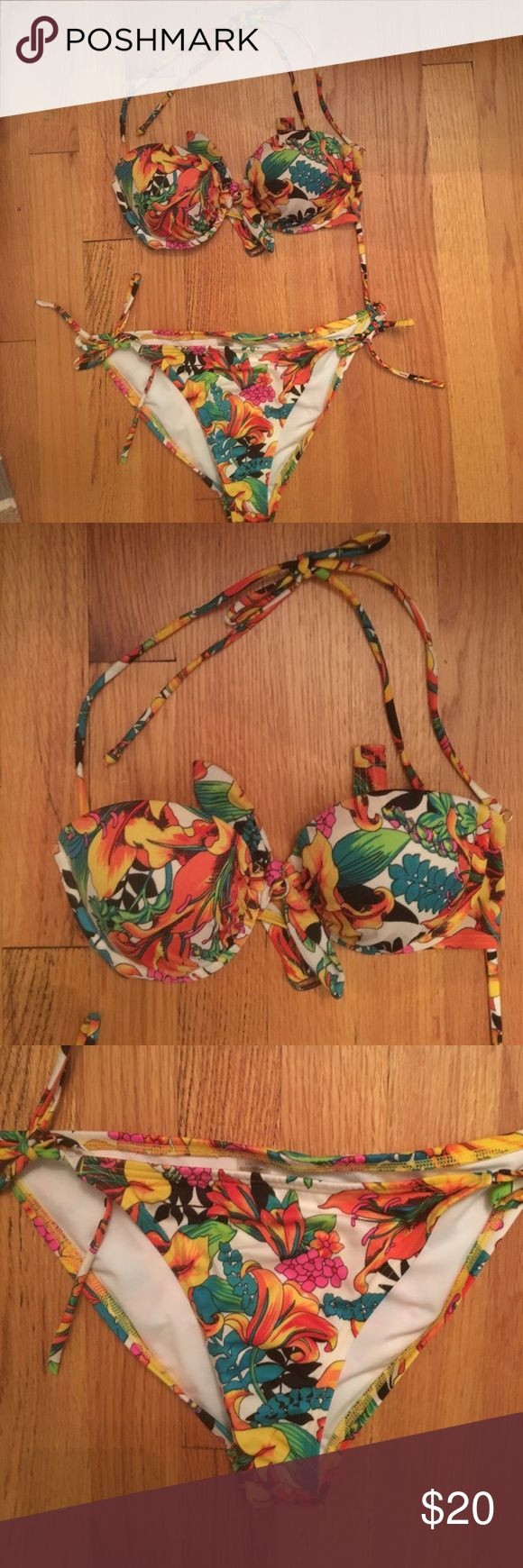 Victoria Secret Tropical Swimsuit Good as new, tropical bikini with removable strap Victoria's Secret Swim Bikinis