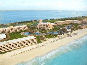 El hotel Oasis Cancún es unos de los más reconocidos hoteles en Cancún, con su avanzada arquitectura y sobresaliente belleza, este arcoiris de impresiones hace que sus días de descanso sean una verdadera experiencia natural.    Cuenta con 800 metros de playa y una extensa y ya famosa piscina considerada una de las más grandes de México, campo de golf, impresionantes jardines y sobre todo un ambiente que lo hará sentir en familia.