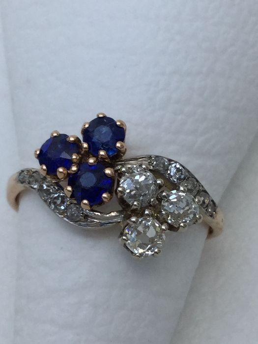 Online veilinghuis Catawiki: Art nouveau periode ring met 3 blauwe saffieren en 13 bolsjewiek geslepen diamanten totaal 1.00 crt. Ringmaat 18 / 56,5