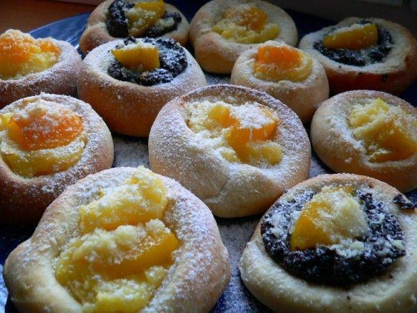 Skvělé koláčky, které jsou hotové rychle, protože odpadá vykrajování koleček a stálé vyvalování těsta...